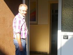 Helmut Oehler an der Eingangstür des CVJM-Hauses